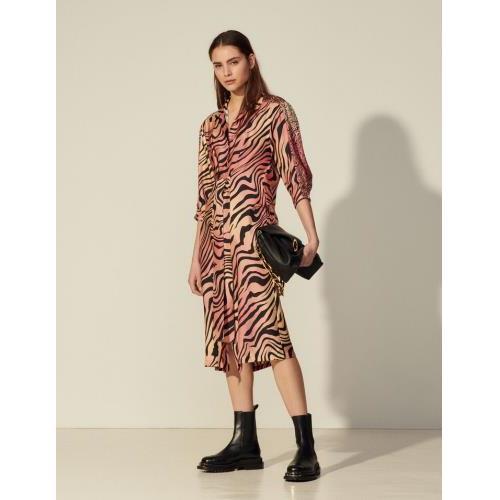 산드로 원피스 Sandro Langes Kleid aus Seide mit Print SFPRO01569 Ziegelrot